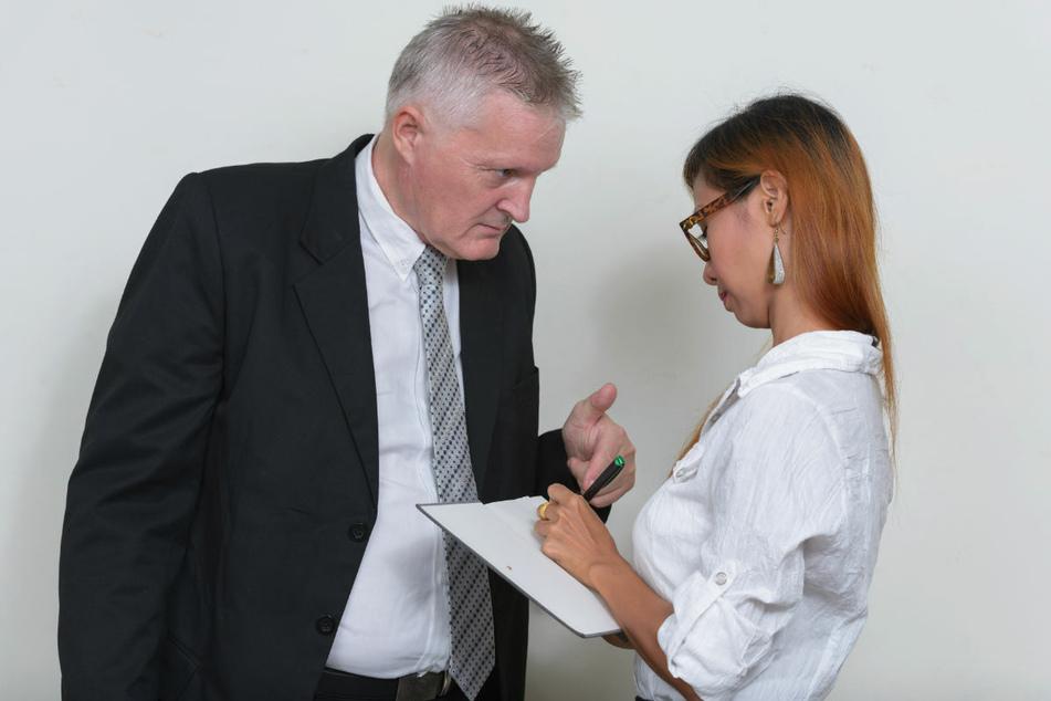 Ein Chef gibt seiner Sekretärin Anweisungen. Noch immer sehen knapp zwei Drittel der Befragten Vorteile von Männern gegenüber Frauen bei Bildungs- und Karrierechancen in Deutschland. (Symbolfoto)