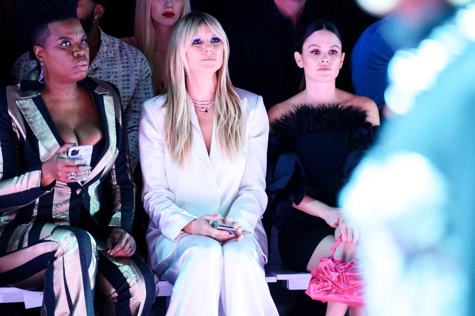 Heidi Klum (m.) und Rachel Bilson (r.) verfolgen die Präsentation einer Kollektion von Christian Siriano auf der Fashion Week New York im Februar. (Archivbild)