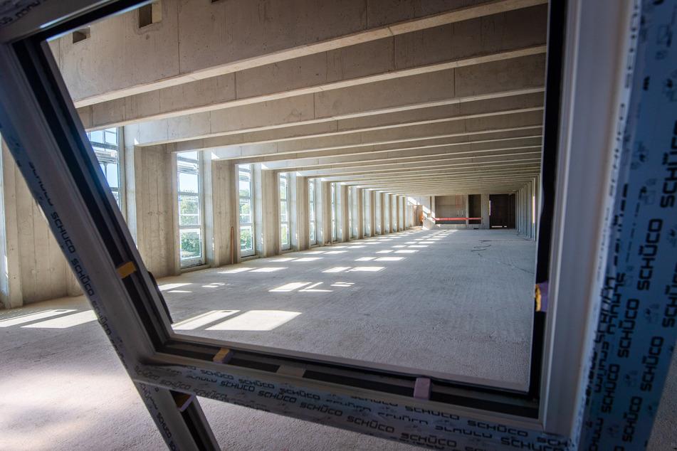 Große Fenster sorgen im Inneren des Gebäudes für ausreichend Licht.