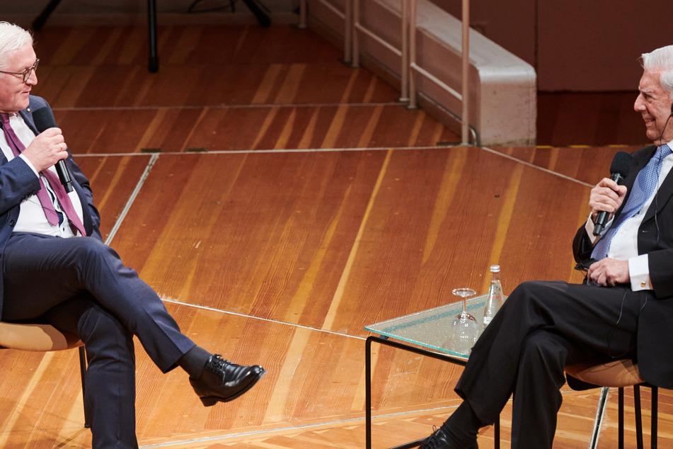 Bundespräsident Frank-Walter Steinmeier (l) spricht während der Podiumsdiskussion mit Mario Vargas Llosa, Schriftsteller und Literaturnobelpreisträger, beim Internationalen Literaturfestival im Kammermusiksaal in der Philharmonie.