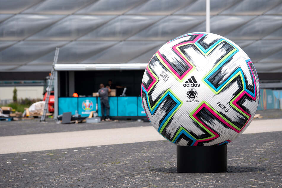 """Ein überdimensionaler offizieller Spielball """"Uniforia"""" von der EURO 2020 ist vor der Münchner Arena aufgestellt."""