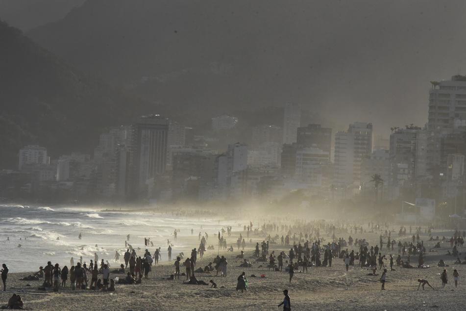 Zahlreiche Menschen halten sich am Strand von Rio De Janeiro auf.