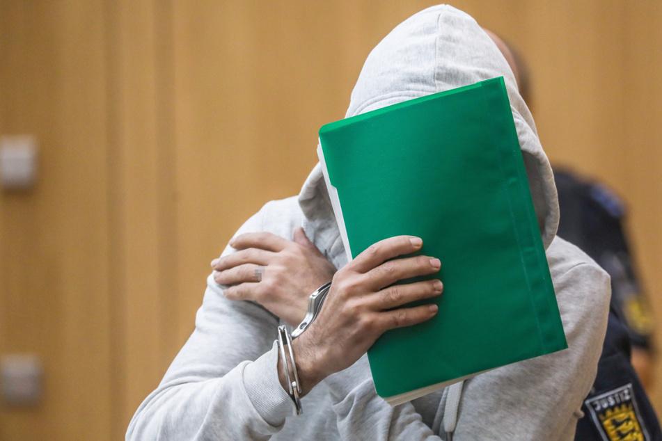 Stuttgart, 24. Oktober 2019: Der Angeklagte sitzt in einem Gerichtssaal des Oberlandesgerichts in Stammheim.