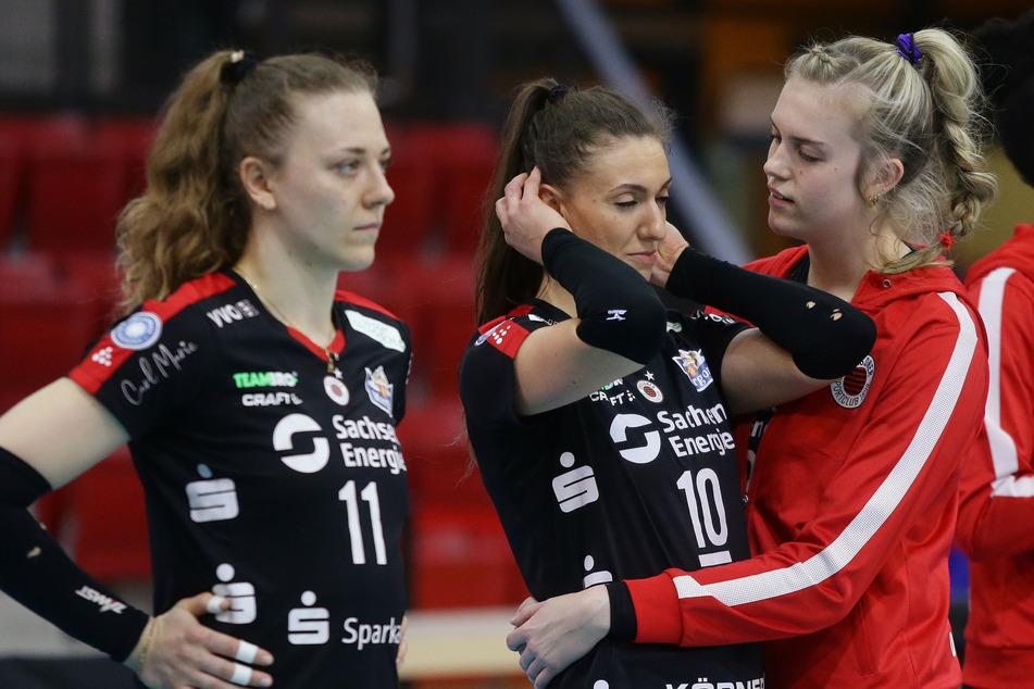 Marja Storck (l.) ist bedient. Lena Stigrot muss von Emma Cyris getröstet werden. Der DSC schnupperte am ersten Sieg in der Finalserie und verlor dann doch noch.