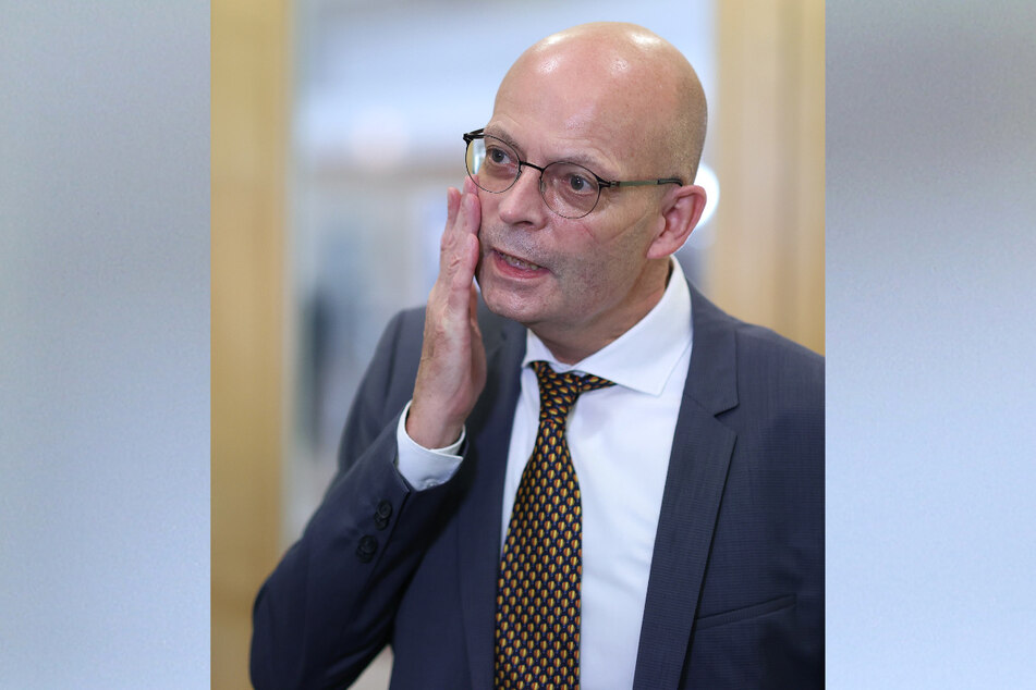 Halles Oberbürgermeister Bernd Wiegand (63, parteilos) erklärte, er habe sich vor seiner Erstimpfung vergewissert, dass keine anderen Kandidaten zur Verfügung stehen. Das war angeblich nicht der Fall. Weil seine Impfung massive Kritik auslöste, sei das Verfahren, übrig gebliebene Impfdosen zu spritzen, nun gestoppt worden.