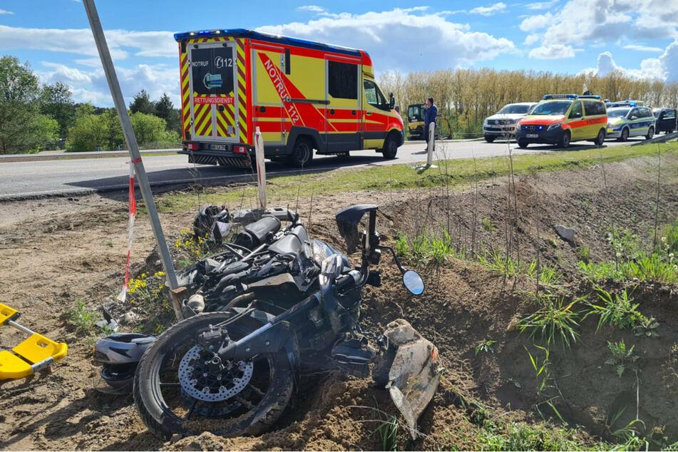 Das Motorrad liegt nach dem Unfall am Straßenrand.