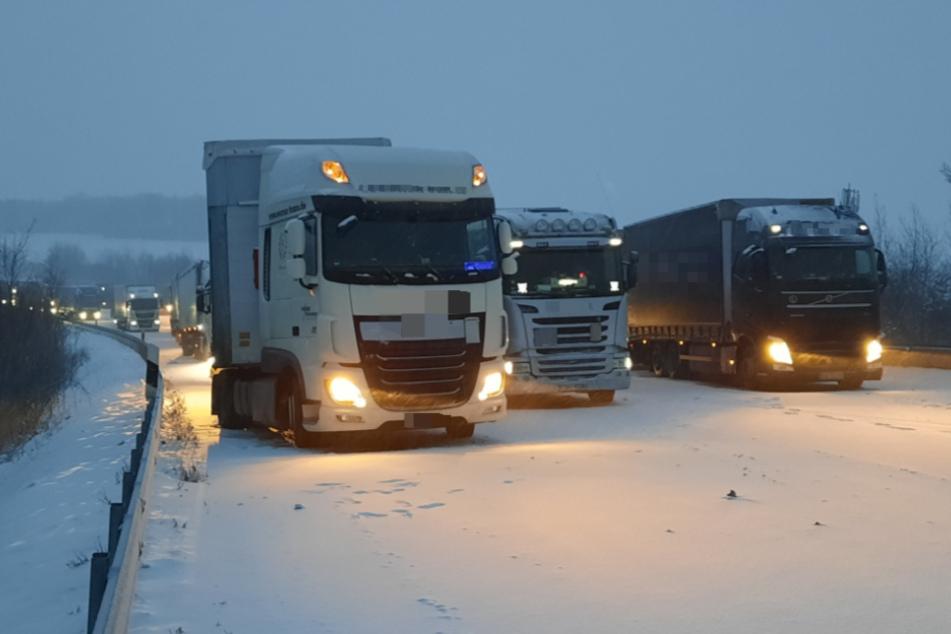 Etliche Lkw-Fahrer stehen auf der A4 im Stau.