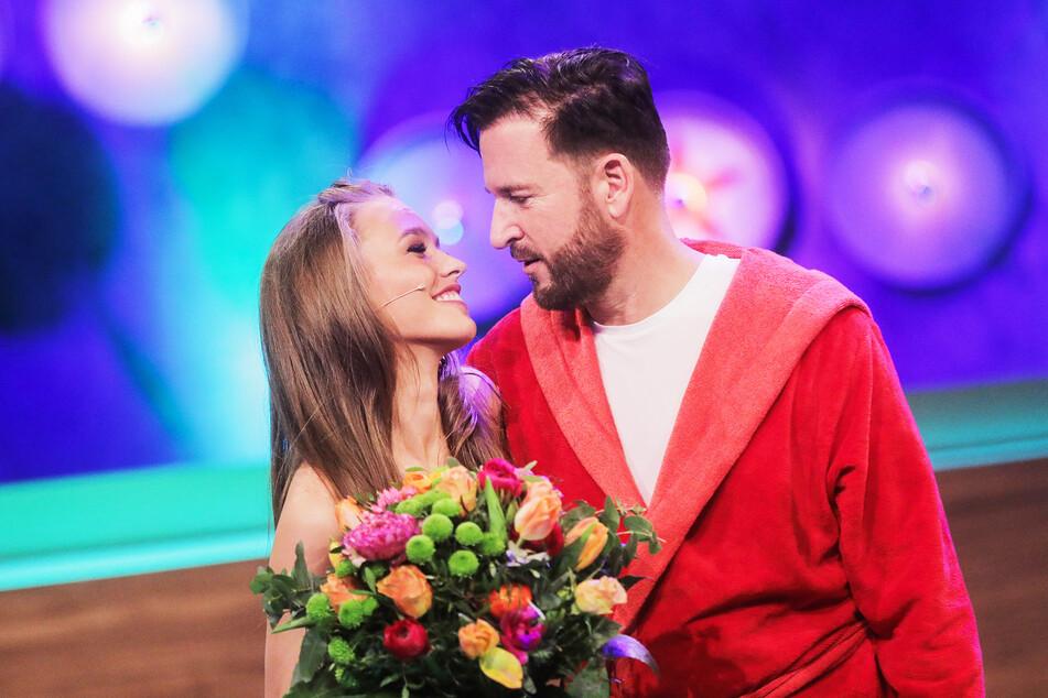Michael Wendler, Sänger, und seine Frau Laura Müller (20) stehen nebeneinander.