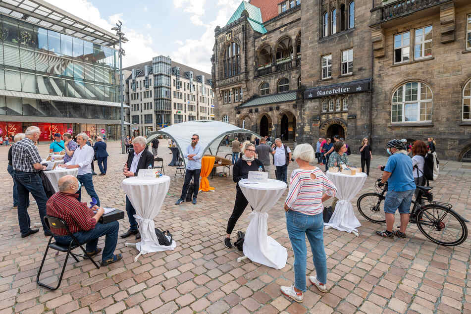 Erstes Kandidaten-Casting für die OB-Wahl am 20. September in Chemnitz. Bürger sprachen mit Politikern und Anwärtern auf dem Neumarkt.
