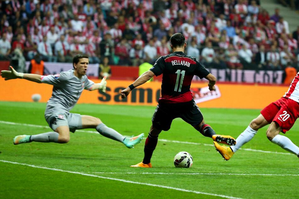 Wojciech Szczesny (31, l.) stürzt im EM-Qualifikationsspiel der polnischen Nationalelf gegen Deutschland am 11. Oktober 2014 aus seinem Tor, um den Schuss von Karim Bellarabi (31) abzuwehren.