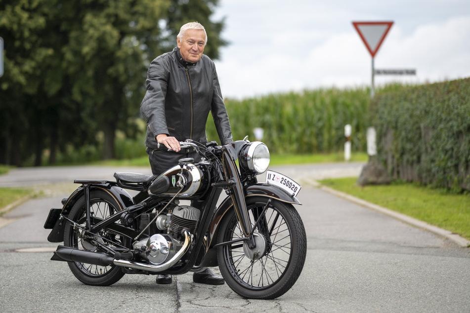 Sein DKW-Motorrad läuft und läuft: Der frühere MZ-Ingenieur Michael Hunger (68) ist stolz auf die Innovationen aus Zschopau, darunter die Entwicklung eines Wankel-Motors.