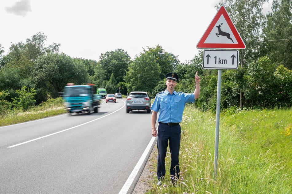 """""""Achten Sie auf dieses Schild!"""" - Polizeisprecher Jean-Paul Lüdtke (35) warnt vor Wildunfällen."""