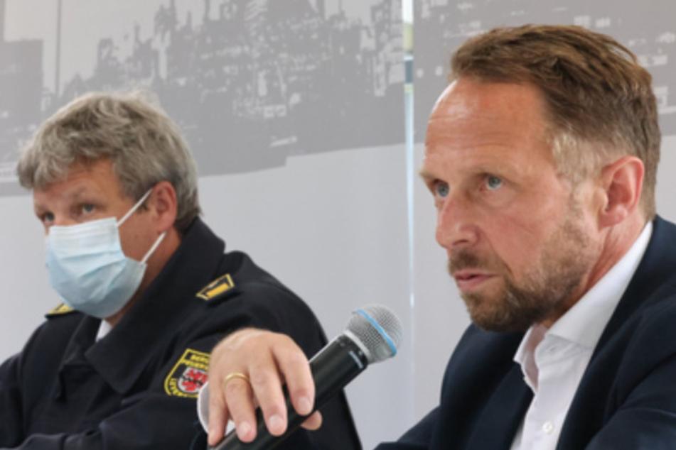 Uwe Richrath (SPD, r), Oberbürgermeister von Leverkusen, spricht neben Stephan Hummel, Leiter Brandschutz der Currenta GmbH, auf einer Pressekonferenz zur Lage nach der Explosion im Chempark Leverkusen.