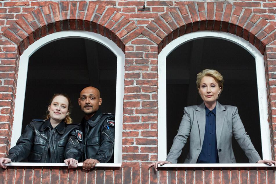 """Wanda Perdelwitz (l-r), Patrick Abozen und Saskia Fischer spielen beim """"Großstadtrevier"""" mit. Sie drehen nun derzeit die 34. Staffel unter Corona-Bedingungen."""
