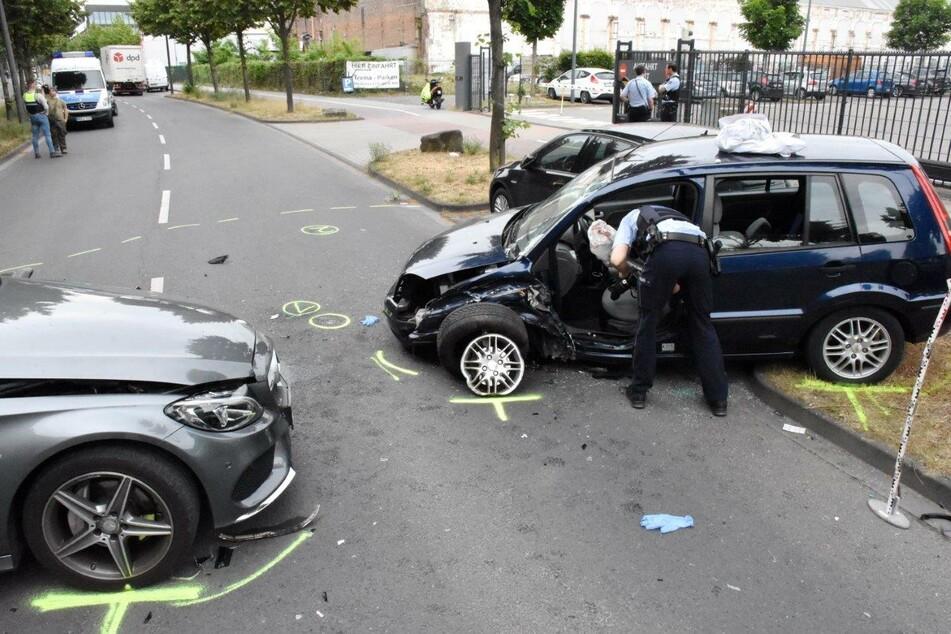 Ein Ford Fiesta und ein Mercedes krachten bei dem Unfall in Köln-Kalk zusammen.