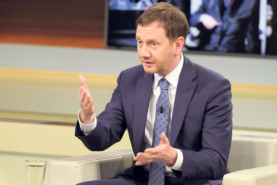 Michael Kretschmer fiel in der Talk-Runde nicht nur durch seine knallblauen Socken auf, auch mit einigen verstörenden Aussagen zur deutschen Corona-Politik.