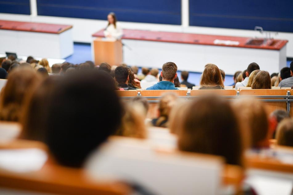 Studenten sitzen in der Universitä in einem Hörsaal. (Symbolbild)