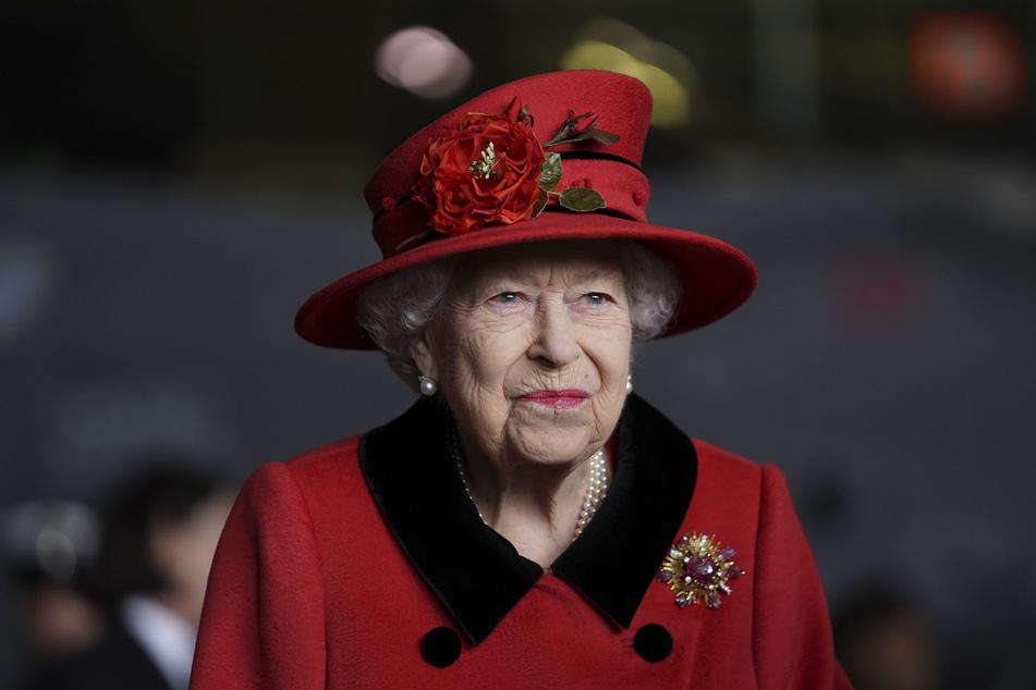 """Die britische Königin Elizabeth II. (95) trägt die Brosche, die ihr von ihrem verstorbenen Ehemann Prinz Philipp (†99) geschenkt wurde, bei einem Besuch des Flugzeugträgers """"HMS Queen Elizabeth"""" der Royal Navy im Marinestützpunkt Portsmouth."""