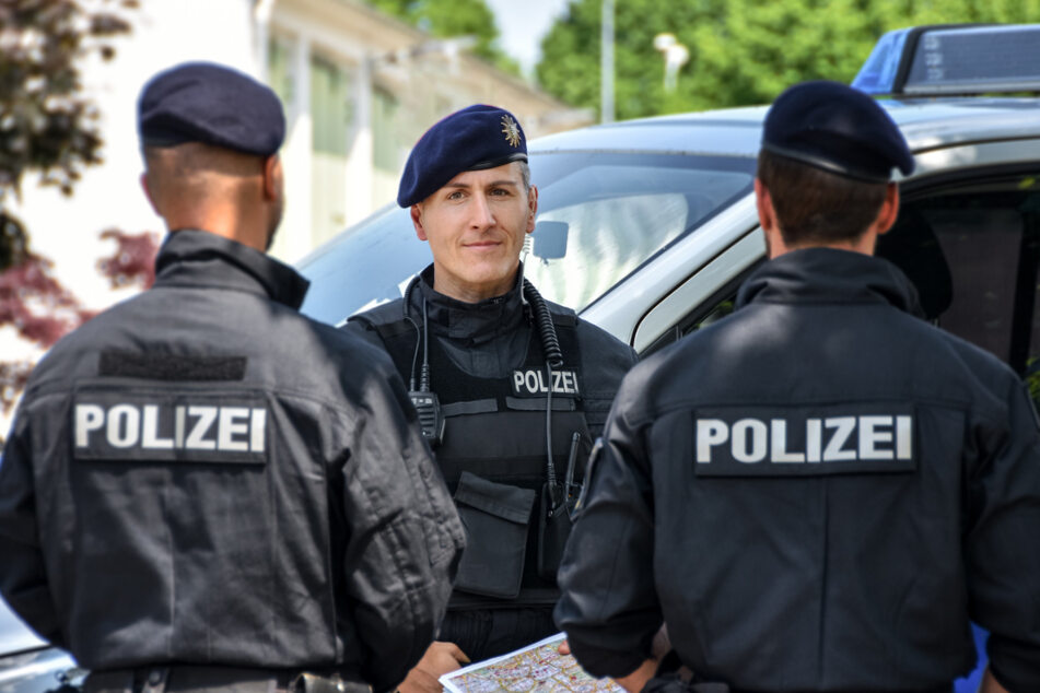 Erster Polizeihauptkommissar und Hunderschaftsführer Mario Täuber (44, Mitte).