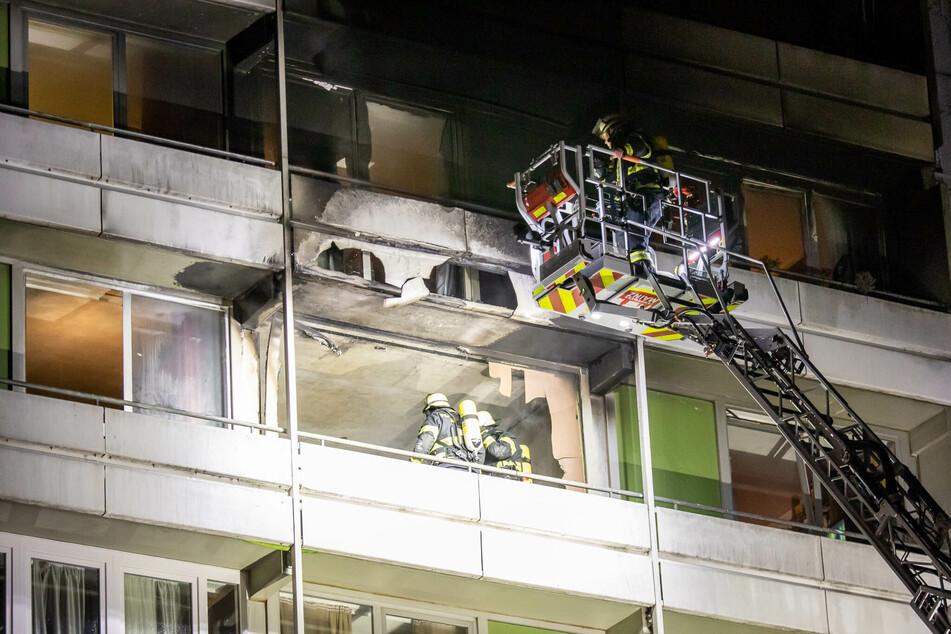 Feuer-Schock in der Nacht: Hochhaus mit rund 600 Bewohnern steht in Brand