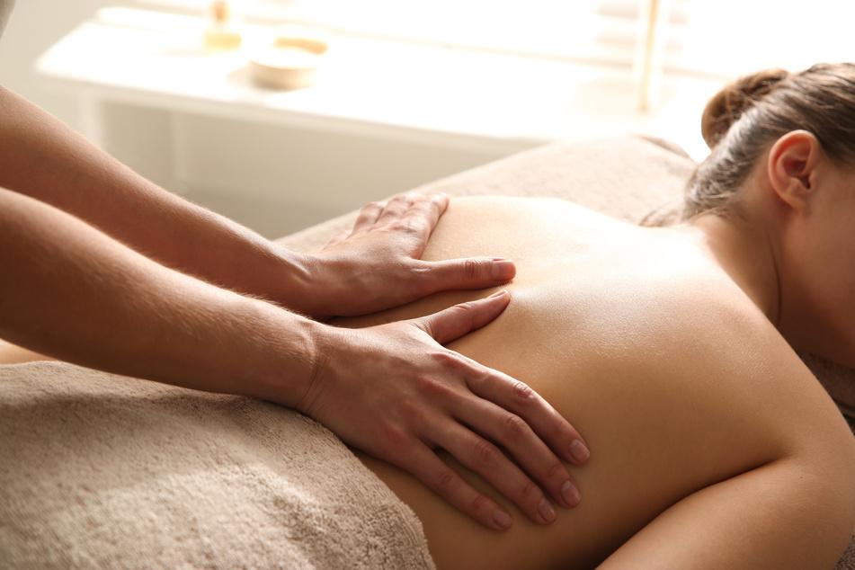 """Als eher """"passive"""" Verfahren gelten Massagen. """"Sie können kurzfristig hilfreich sein, langfristig können sie aber auch zu Inaktivität beitragen"""", so ein Experte. (Symbolbild)"""