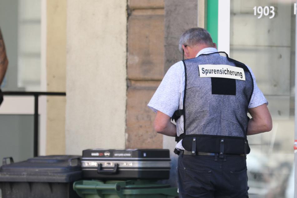 Neben Polizeibeamten ist nach der blutigen Attacke auch die Spurensicherung vor Ort.