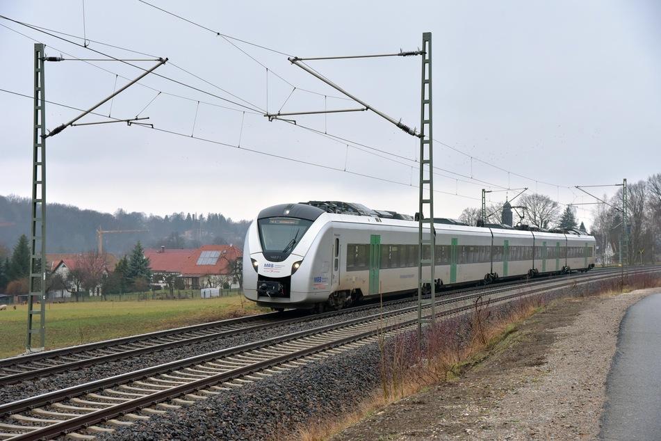 Der RE3 musste am Freitagmorgen plötzlich bremsen. Grund waren Steine auf den Gleisen (Archivbild).