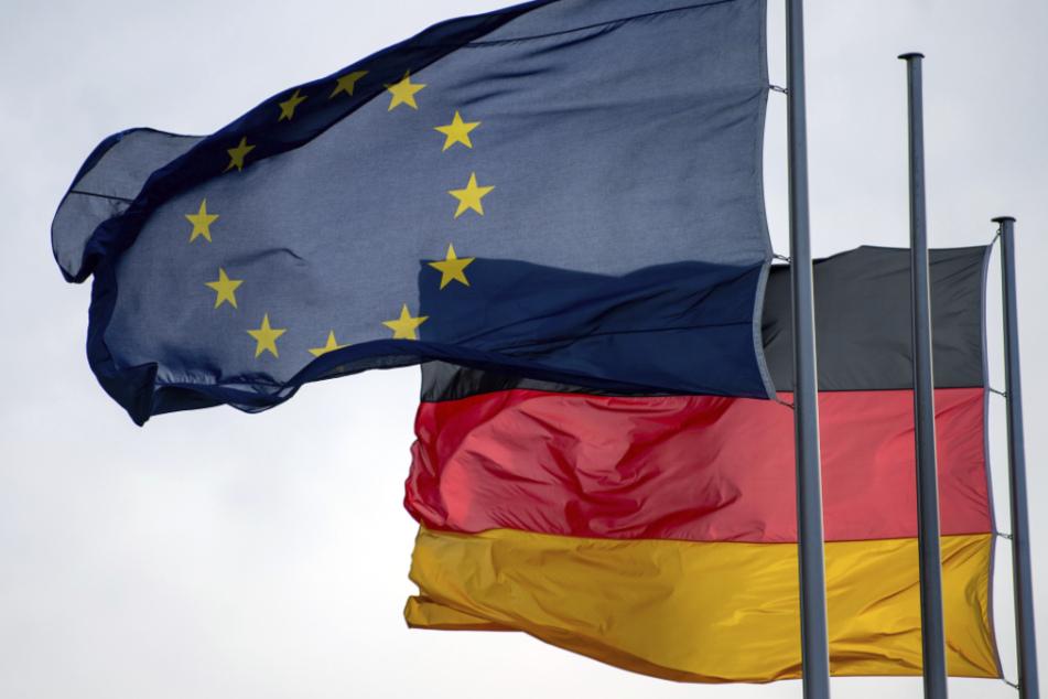 Die Flaggen der Europäischen Union und der Bundesrepublik Deutschland wehen vor dem Reichstag im Wind. (Archivbild)