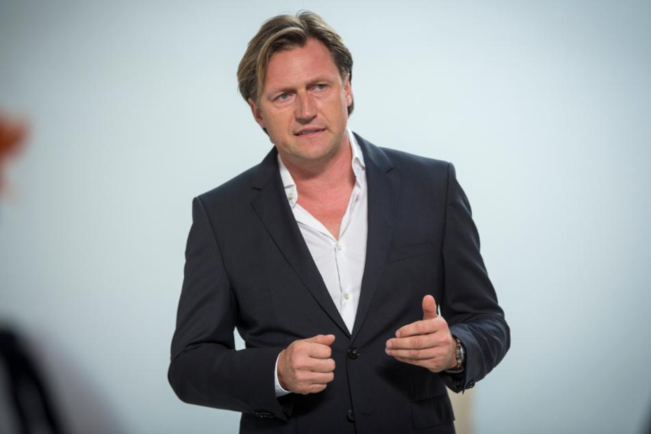 Event-Profi Mirco Meinel (48) lässt das Kurländer Palais, den Ostra-Dome und die Ostra-Studios rot anstrahlen.