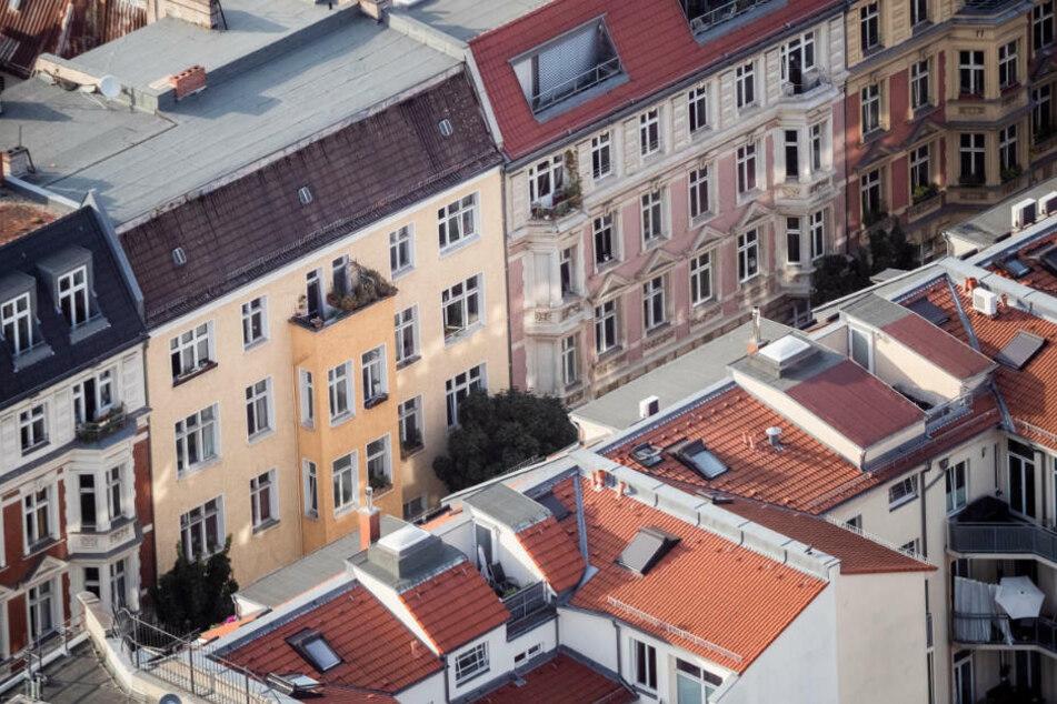 Wohnhäuser in Berlin-Mitte, vom Berliner Fernsehturm aus gesehen. Laut einer Studie seien die Mieten in Berlin auch ohne den Mietendeckel gesunken.(Symbolfoto)