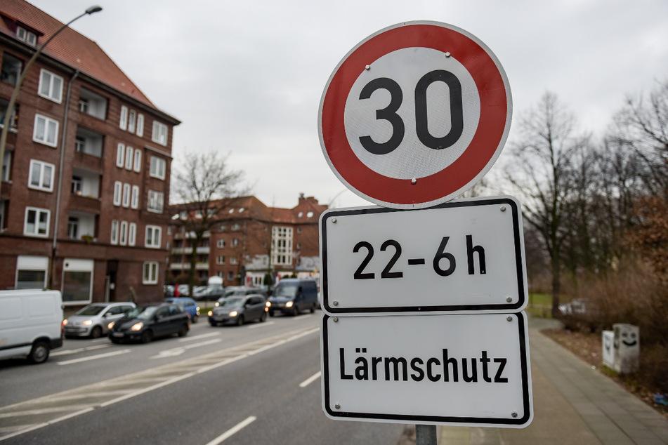 Anwohner von viel befahrenen Straßen wissen, was es heißt, unter Verkehrslärm zu leiden. (Symbolbild)
