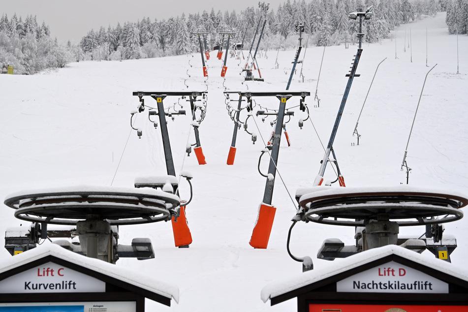 Die Skilifte am Fichtelberg stehen derzeit still. Der Winter hat das Erzgebirge fest in seiner Hand. Die traumhafte Winterlandschaft ist für viele Besucher dennoch nicht erreichbar. Im Freistaat gilt eine eingeschränkte Bewegungsfreiheit, die sich auf einen 15-Kilometer-Radius bezieht.