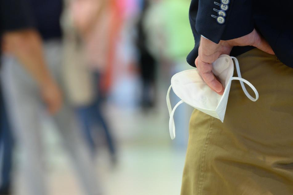 Im Geschäft oder Supermarkt muss ab Freitag keine Maske mehr getragen werden. Lockerungen bedeuten nicht, dass das Problem erledigt ist, meint ein Infektiologe.