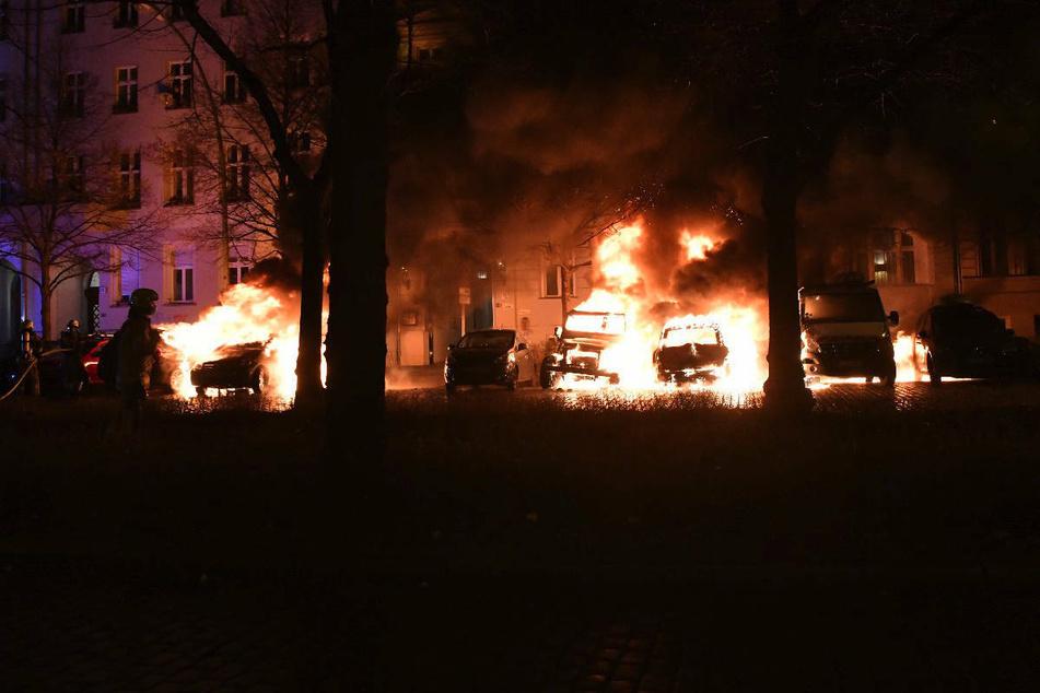 In der Nacht zu Dienstag brannten mehrere Autos in der Metzer Straße im Berliner Stadtteil Prenzlauer Berg.
