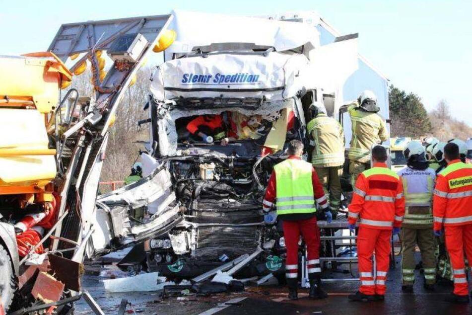 Tschechen-Truck kracht auf A4 in Schilderwagen
