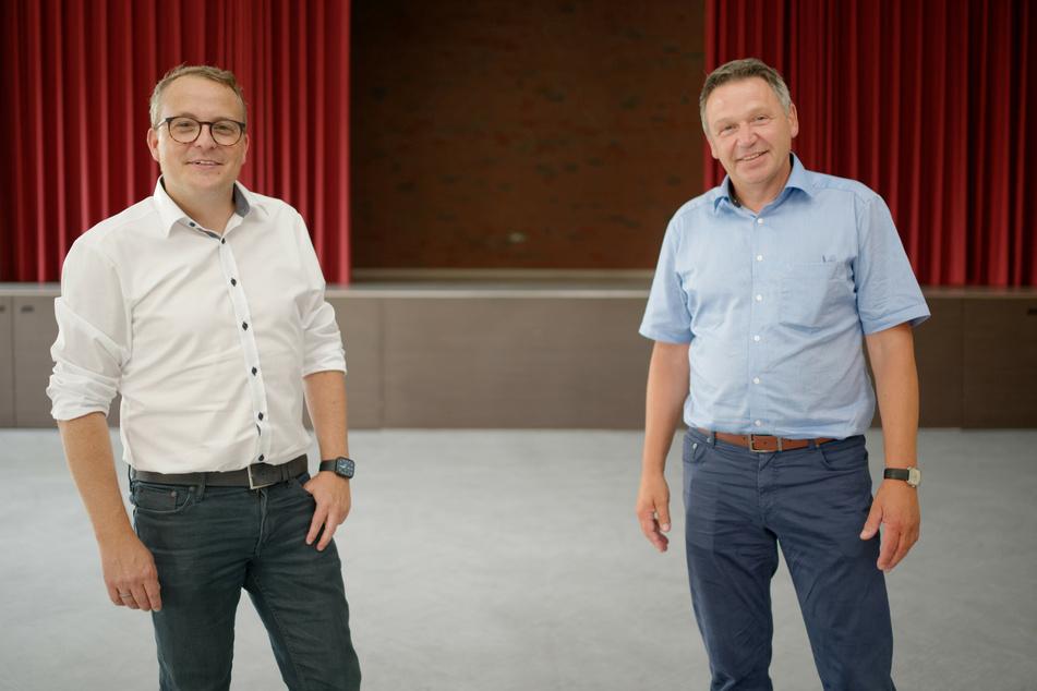 Sitzungspräsident Stefan Keulen (l) und Karnevalsvereinspräsident Wilfried Gossen stehen in der Halle des Bürgertreffs in Gangelt-Langbroich im Kreis Heinsberg.