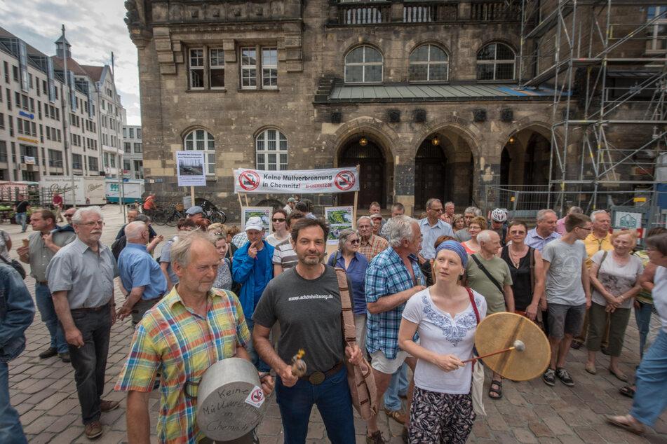 Eine Bürgerinitiative trommelt gegen die geplante Müllverbrennungsanlage vor dem Chemnitzer Rathaus.