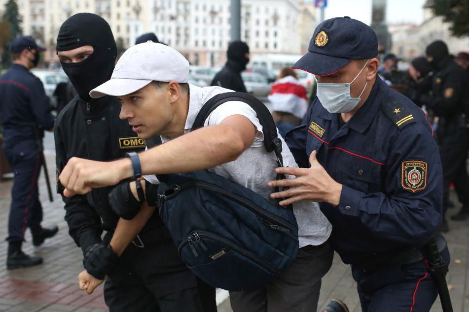Polizisten halten einen Studenten während einer Demonstration am 1. September in Minsk fest.