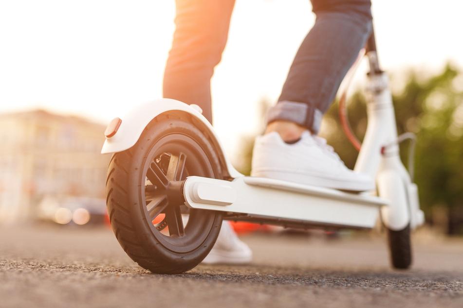 Unfall in Leipzig: Auto bringt E-Scooter-Fahrer zu Fall und flüchtet