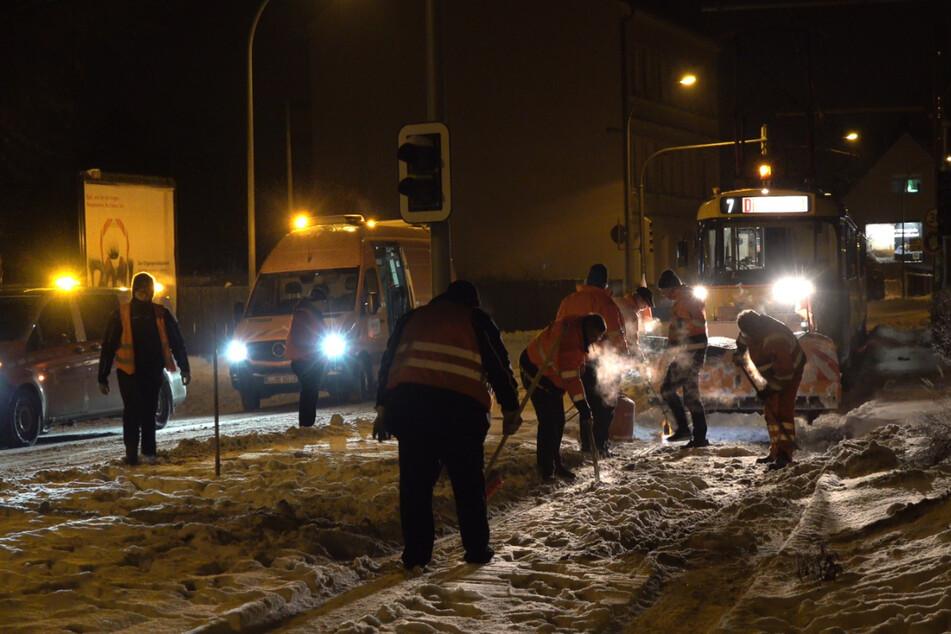 Viele Hände packten mitten in der Nacht zum Donnerstag mit an, damit die Linie 7 ihren Betrieb wieder aufnehmen konnte.