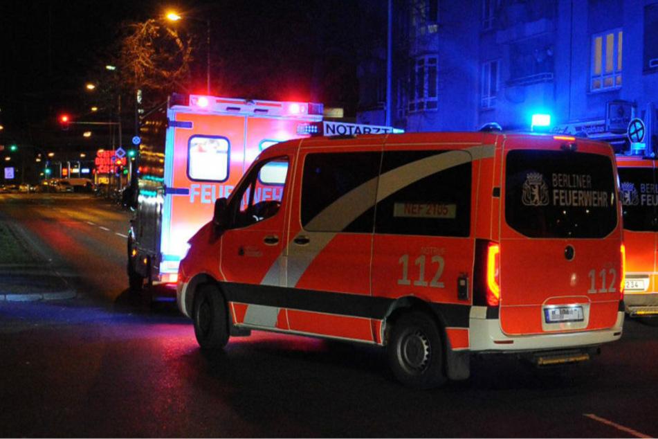 Die Feuerwehr musste zwei Verletzte mit Schusswunden versorgen und ins Krankenhaus transportieren.