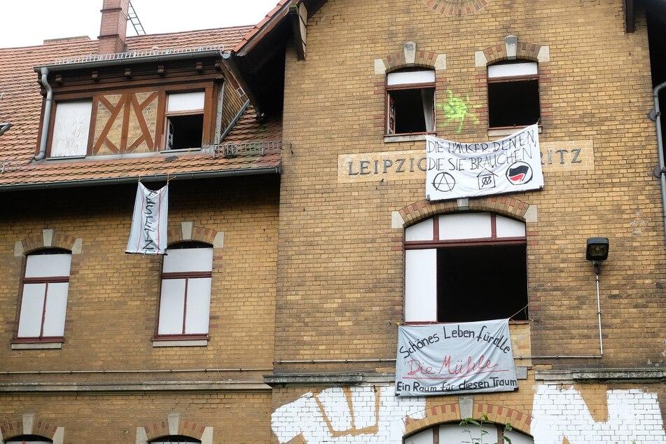 In Stötteritz wurde ein leerstehendes ehemaliges Bahnhofsgebäude von linken Aktivisten und Aktivistinnen besetzt.