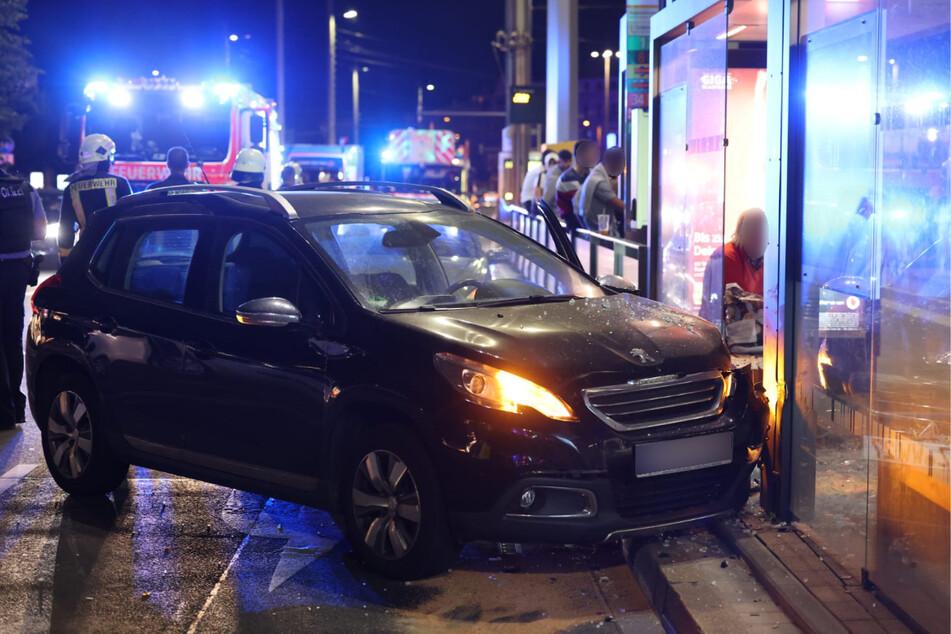 Die Fahrerin wurde mit schweren Verletzungen in ein Krankenhaus eingeliefert.