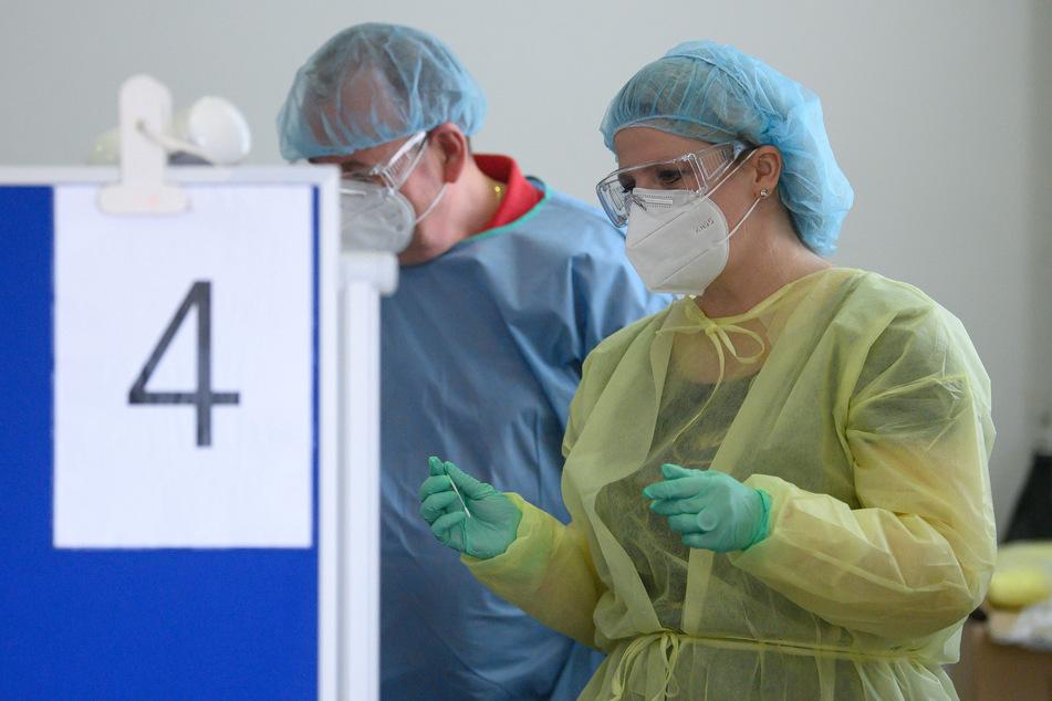 Susanne Schaper (43,r) testete am Samstag Parteimitglieder von Die Linke mit Schnelltest auf das Coronavirus.