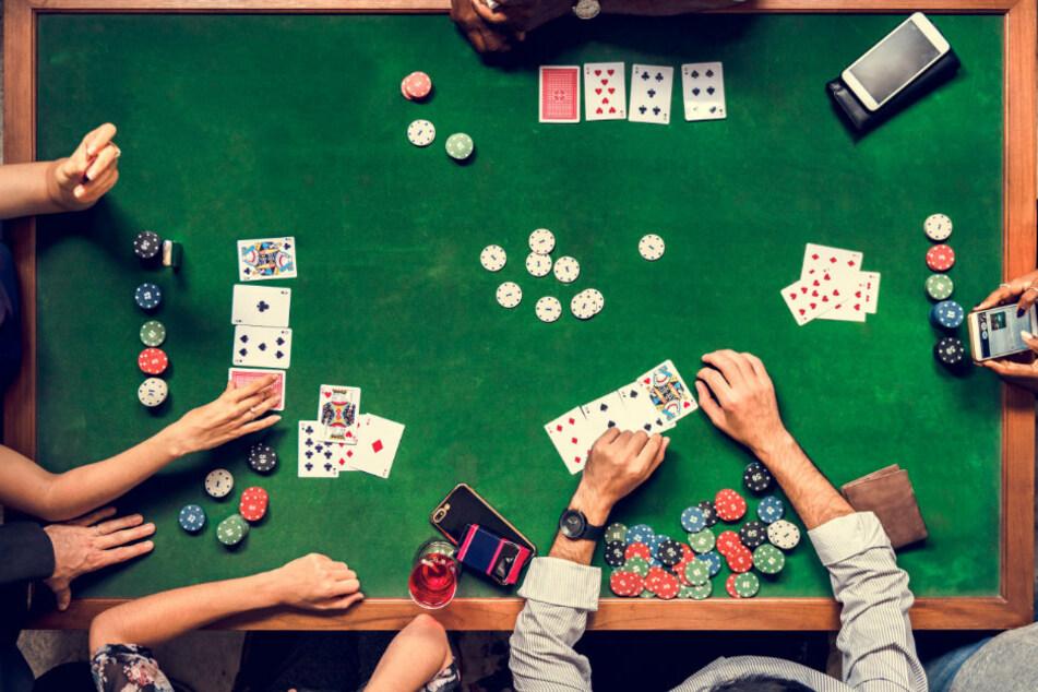 Die Polizei erstattete Anzeigen wegen Verdachts des illegalen Glücksspiels und wegen Verstößen gegen die Corona-Auflagen. (Symbolbild)