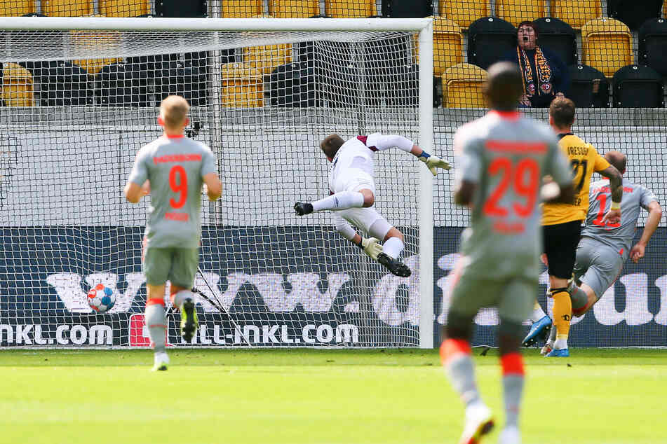 Gegen Paderborn kassierte Dynamo-Keeper Kevin Broll schon nach acht Minuten das 0:1 durch Sven Michel (r.).