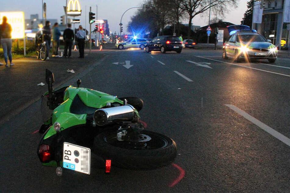 Die Kawasaki und der Biker schlidderten mehrere Meter über die Straße.