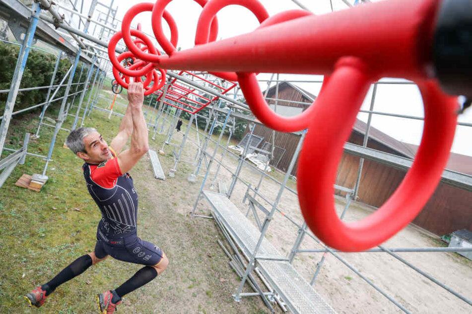 Jörg Eißmann trainiert an einer drehenden Schnecke auf seinem selbstgebauten Parcours den Extremhindernislauf.