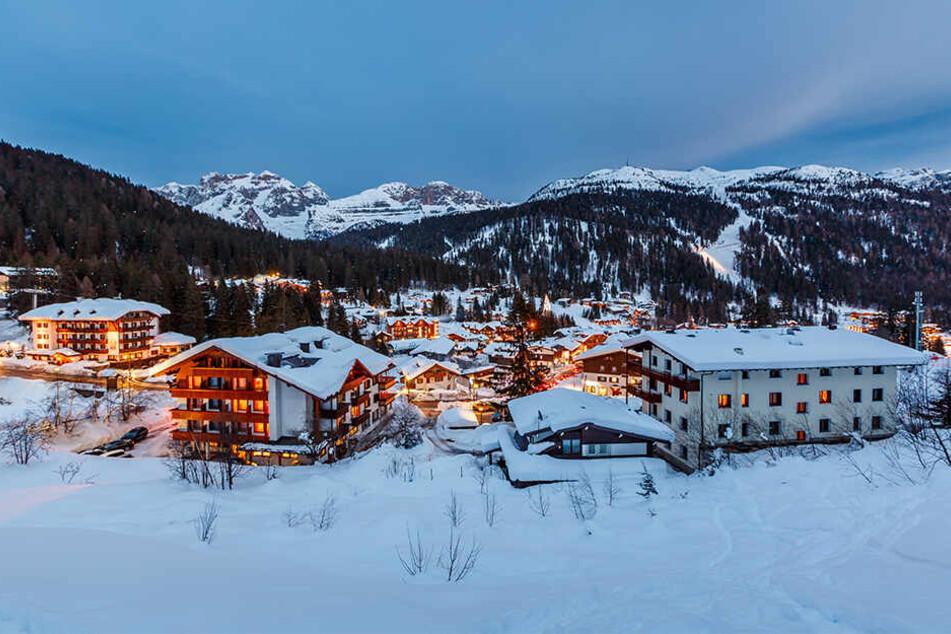Eigentlich sind die Loipen in dem beliebten Urlaubsgebiet für Skifahrer gedacht - und nicht für Jeepfahrer.