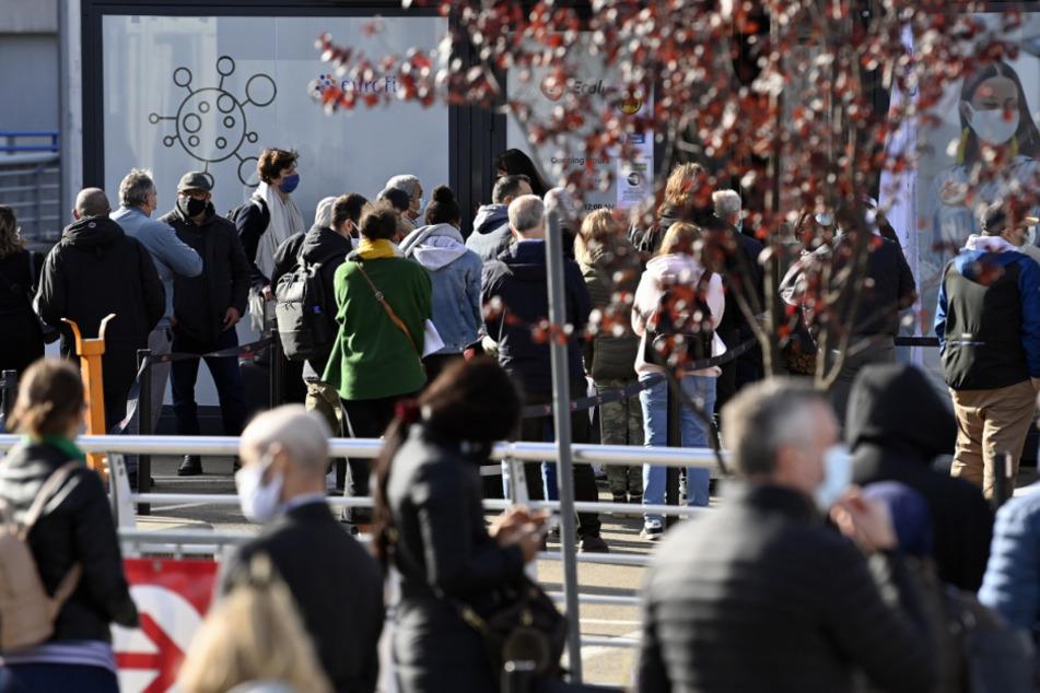 Belgien: Menschen stehen Schlange vor einer Covid-19-Teststation am Flughafen Brüssel-Zaventem.